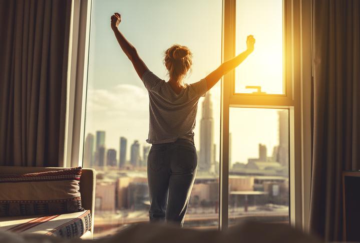 二日酔いなしの爽やかな目覚めで一日をスタート(写真:iStock)