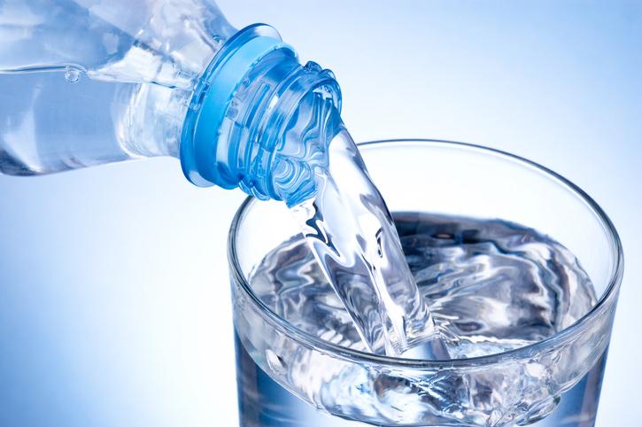 チェイサーとして水や炭酸水を(写真:iStock)