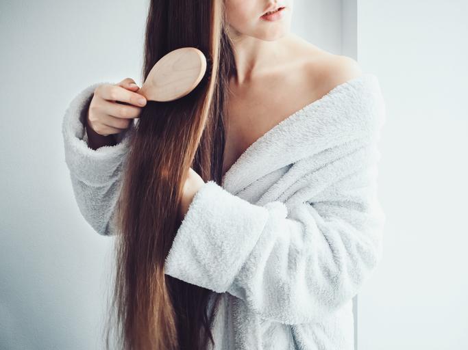 髪を濡らす前のブラッシングが効果的(写真:iStock)