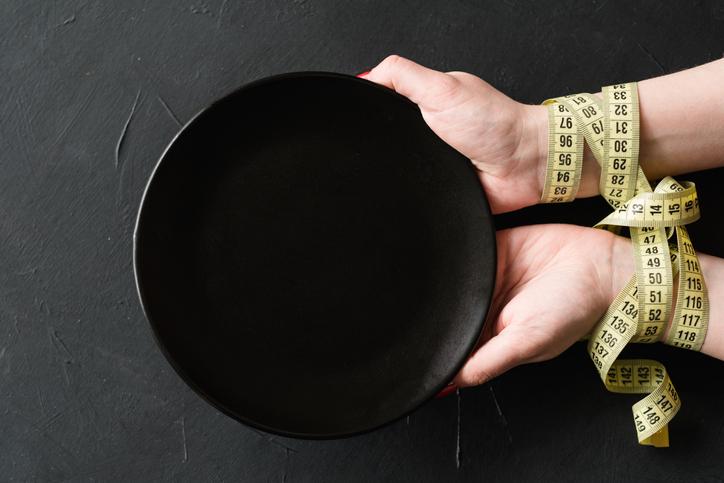 食べないダイエットをしてしまうと、体はどうなる?(写真:iStock)