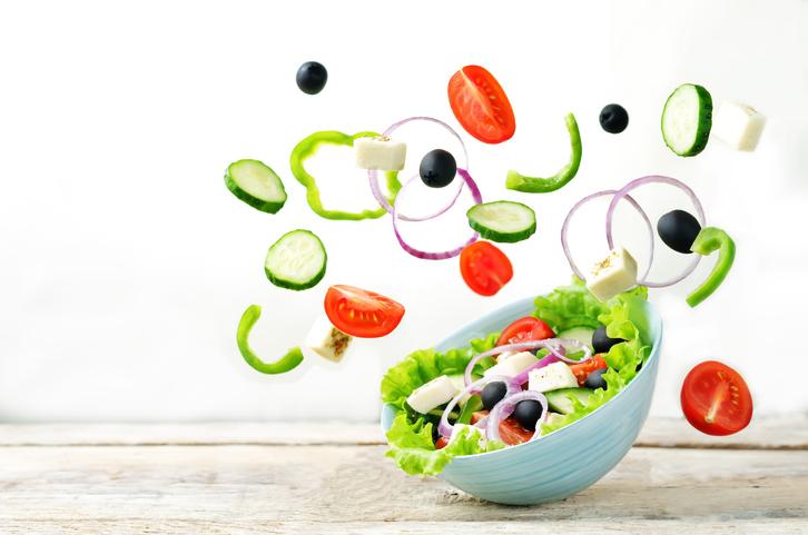 具だくさんのサラダで体を整えよう(写真:iStock)