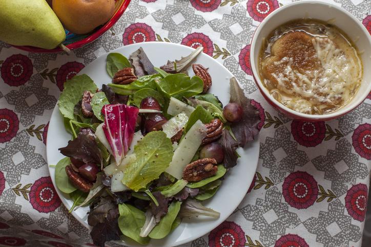 サラダの次に温かいスープを(写真:iStock)