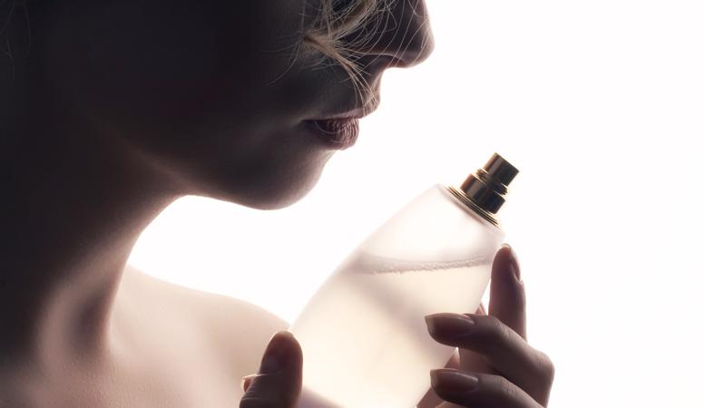 香水はあまり強すぎないものをチョイス(写真:iStock)