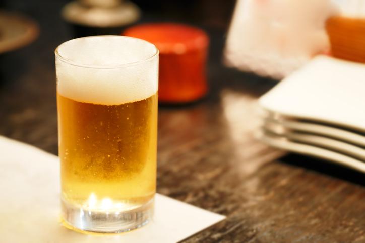 お互いビールを注ぎあって…(写真:iStock)