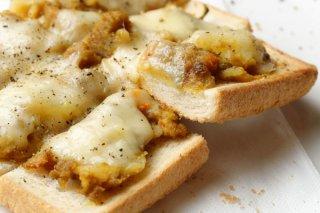 パンの端を使いルーをおろしてかける「カレーなるカナッペ」
