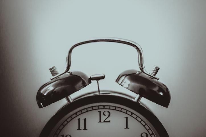 寝坊に気がついた時の絶望感…(写真:iStock)