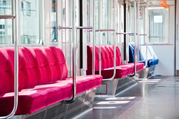 電車の座席を巡ってのトラブルは多い(写真:iStock)
