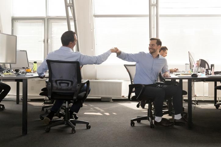 コミュニケーションは出世に不可欠(写真:iStock)