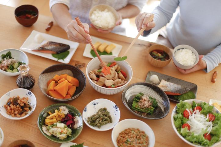 野菜中心の手料理で健康的に(写真:iStock)