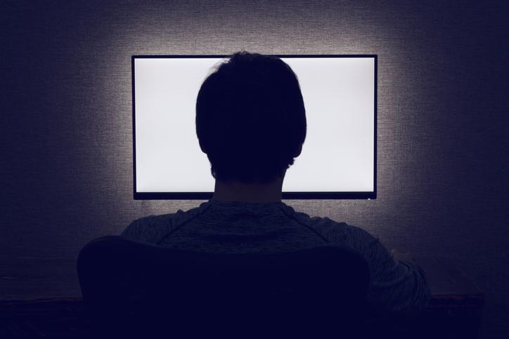 真っ暗な部屋でテレビの画面だけが…(写真:iStock)