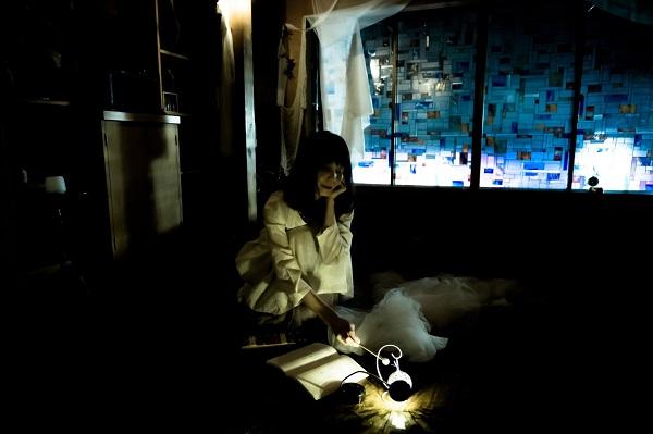 上演中。闇を生かしたセットや演出が素敵です。写真提供:くらやみのあかり