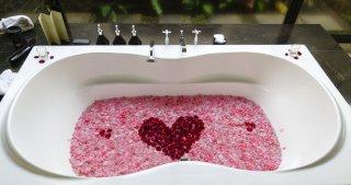 ローション風呂でイチャイチャ…お互いの肌の感触が新鮮に