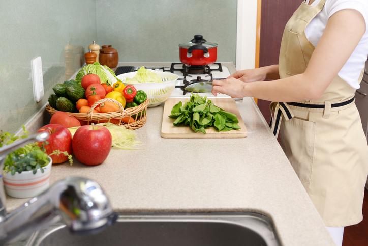 料理と片付けを同時に(写真:iStock)