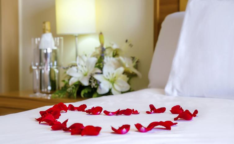スイートでロマンティックな夜になるはずが…(写真:iStock)
