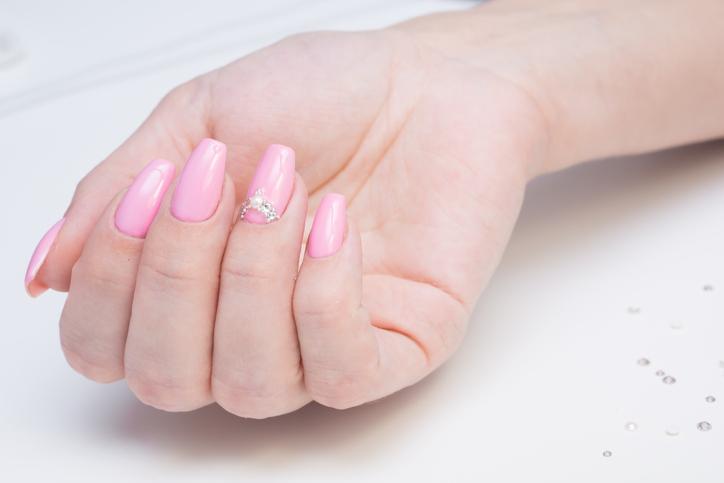 「薬指だけ違う柄なんだ、素敵だね」(写真:iStock)