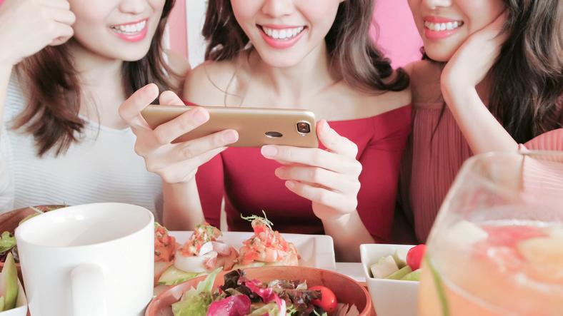 女性同士つるんでいては視野も狭まる(写真:iStock)