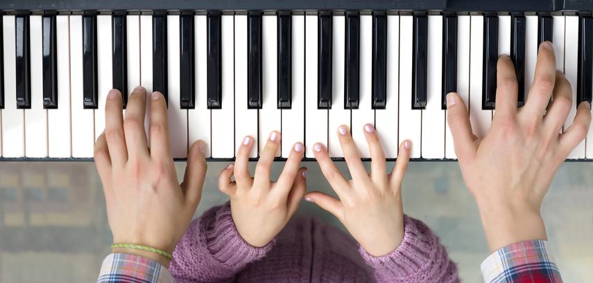 子どもと一緒にピアノと向き合おう(写真:iStock)