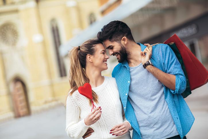 彼氏をレンタルする時代に(写真:iStock)