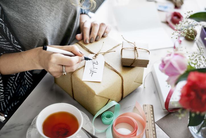 女性からプレゼントを贈られることも(写真:iStock)