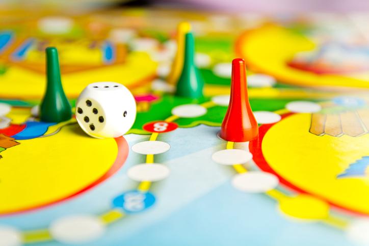 ボードゲームで遊ぶうちに距離が縮まることも(写真:iStock)