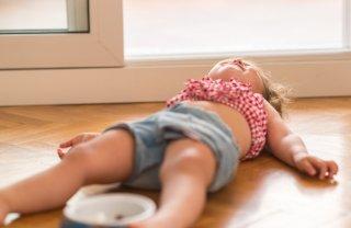 痛くないの? 床に頭を打ちつける子どもの主な理由と対処法