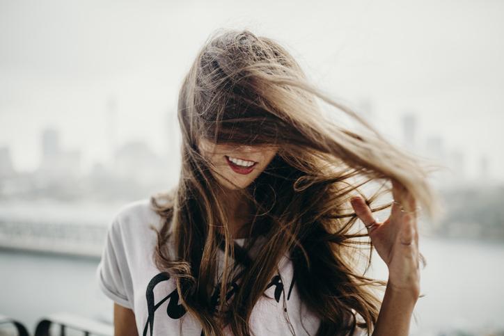 梅雨は髪がまとまらない!(写真:iStock)