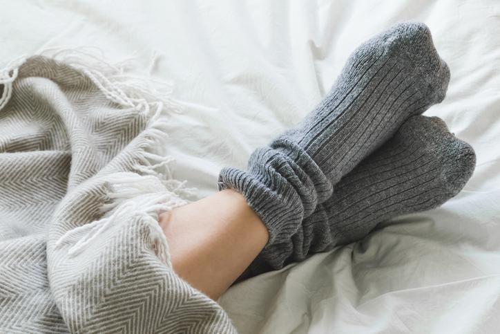 夏でも靴下が手放せない(写真:iStock)