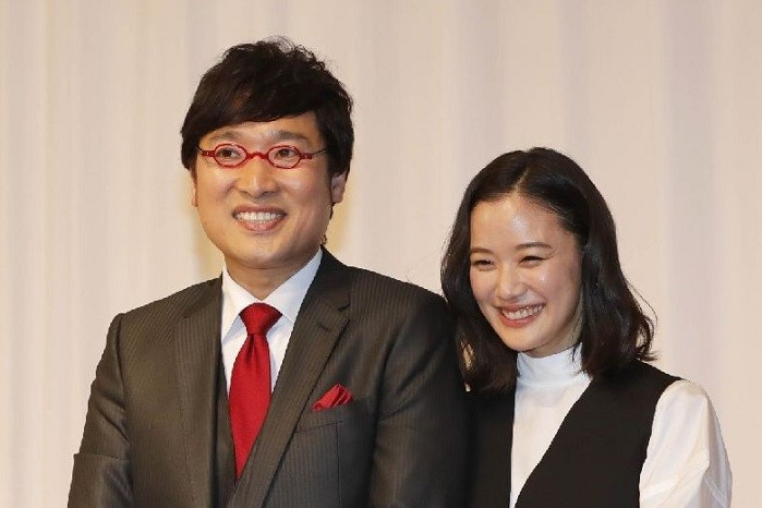 結婚会見での山里亮太と蒼井優(C)コクハク