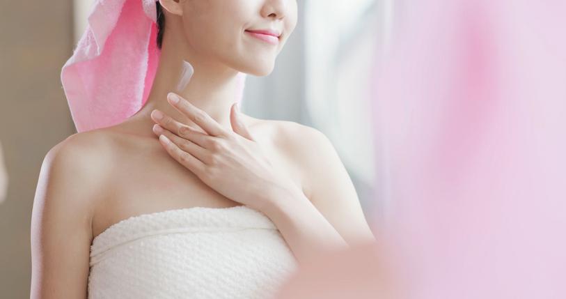 お風呂上がりのボディケアと一緒にバストケアも(写真:iStock)