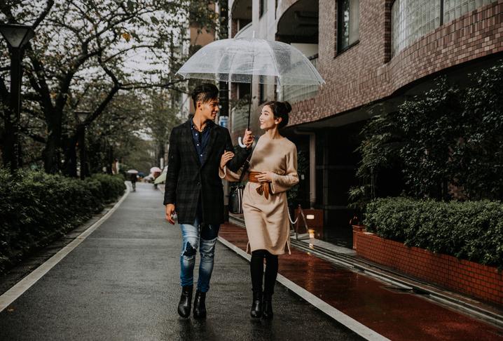 レンタル彼氏は傘も差してくれるのかな(写真:iStock)
