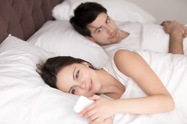 他の男性の存在を匂わせてみるのもアリ(写真:iStock)