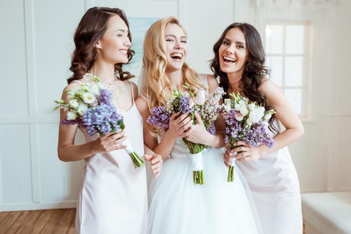 友達の結婚式の話題で探りを入れてみる(写真:iStock)