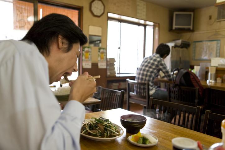 """""""孤食""""な上に不健康(写真:iStock)"""