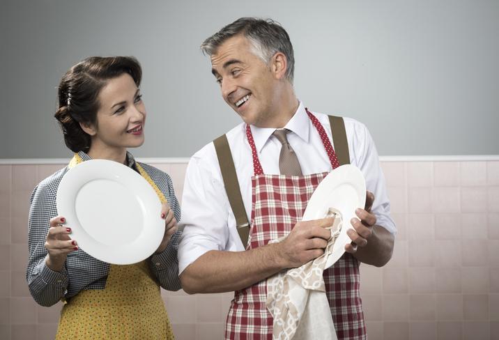 「お義父さん、このお皿洗っておいてくれません?」(写真:iStock)