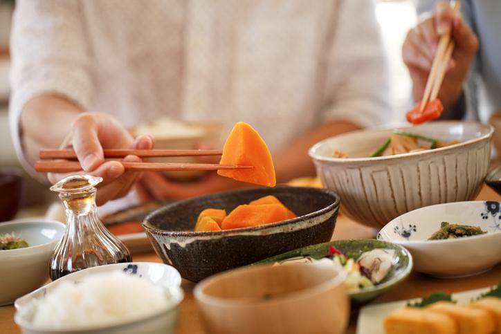 和食メニューを日々勉強(写真:iStock)