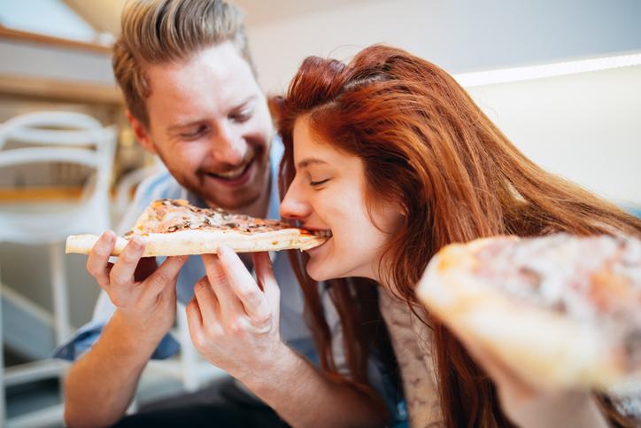 美味しそうに食べるカノジョは可愛い!(写真:iStock)