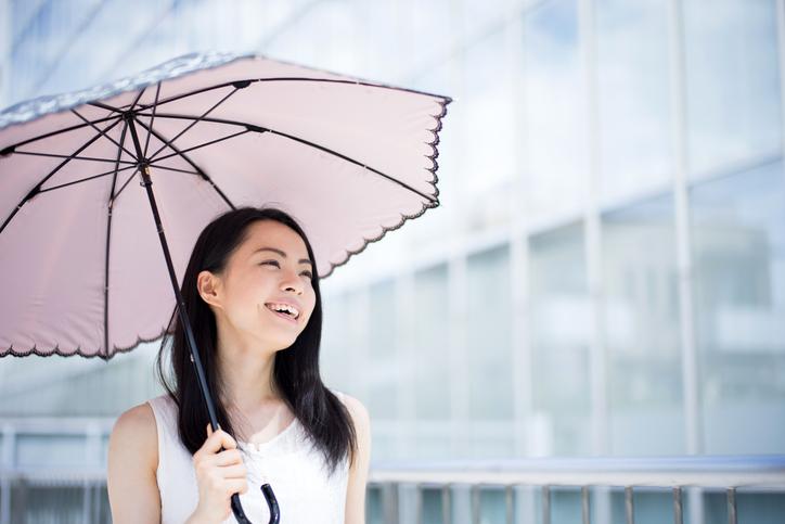 日傘の色よりもUVカット効果に注目(写真:iStock)