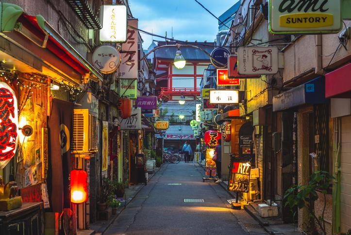 昔懐かしい雰囲気を醸すゴールデン街(写真:iStock)