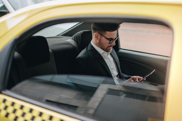移動は常にタクシー(写真:iStock)