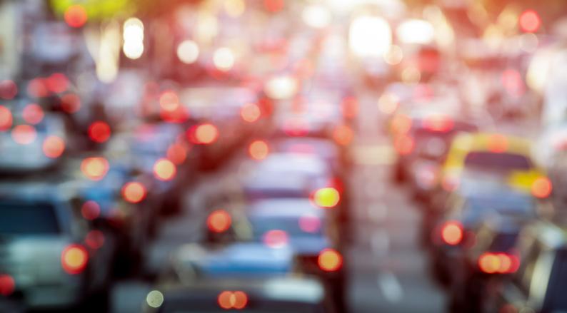 案の定渋滞に巻き込まれて…(写真:iStock)