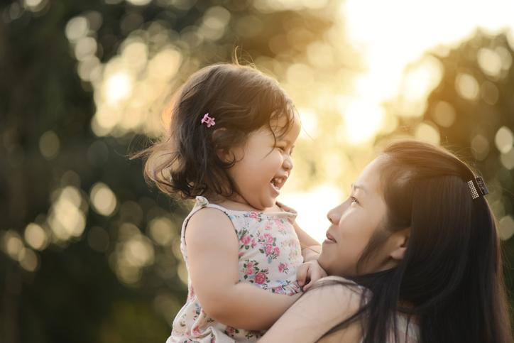 子どもは抱っこが大好き!(写真:iStock)
