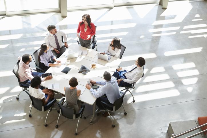 職場のチームワークのためにも適度な距離感を保とう(写真:iStock)