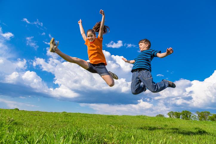 夏休みに子供たちは大喜びだけど…(写真:iStock)