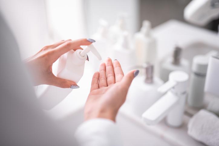 収れん化粧品をプラス(写真:iStock)