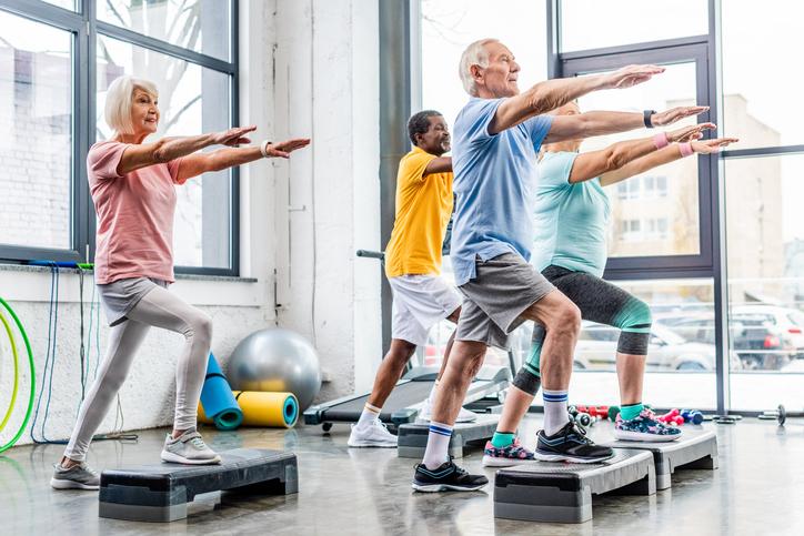 シニア向けの体操教室で生活にハリを(写真:iStock)