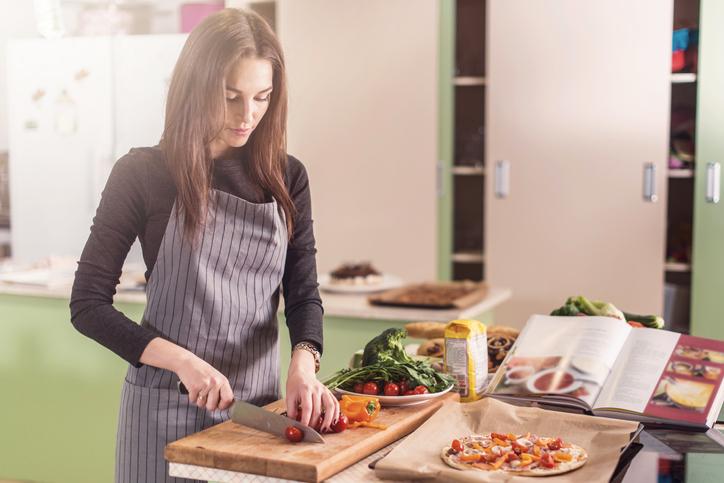女性がサプライズで手料理をふるまうことも(写真:iStock)