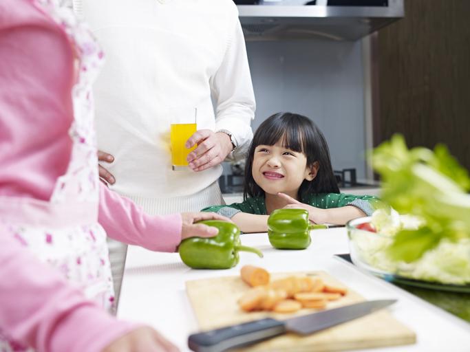 台湾では義父や義母が子守してくれることが多い(写真:iStock)