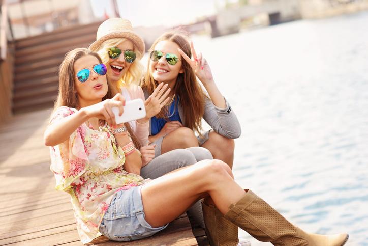 """女同士にも""""熱い友情""""はある(写真:iStock)"""
