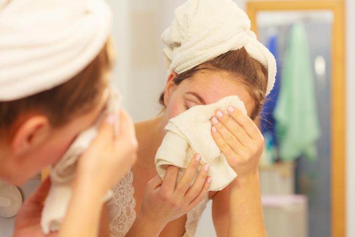蒸しタオルで毛穴を開いてから使うと効果的(写真:iStock)