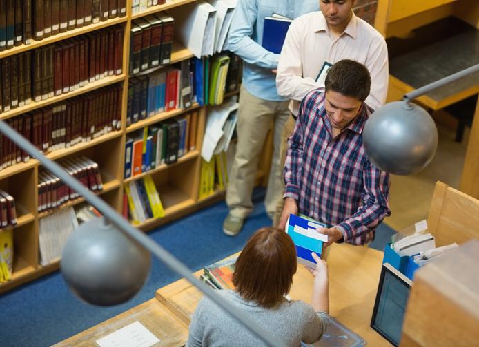 図書館で男子学生に声を掛けられたり…(写真:iStock)